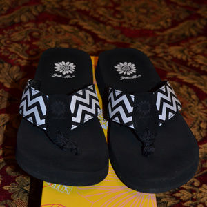 Yellow Box Black/White Chevron Flip Flops, Size 7